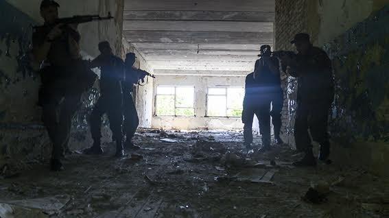 Мариупольские полицейские освободили административное здание от террористов (ФОТО+ВИДЕО), фото-7