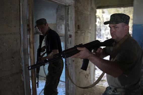 Мариупольские полицейские освободили административное здание от террористов (ФОТО+ВИДЕО), фото-3
