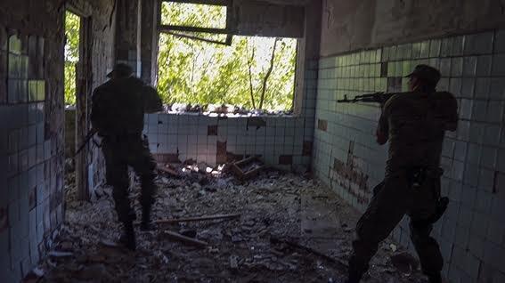 Мариупольские полицейские освободили административное здание от террористов (ФОТО+ВИДЕО), фото-4