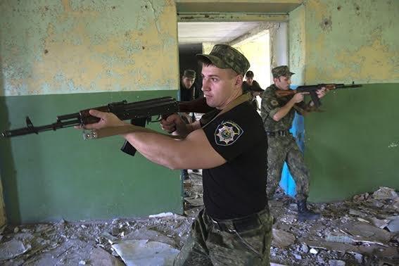 Мариупольские полицейские освободили административное здание от террористов (ФОТО+ВИДЕО), фото-8