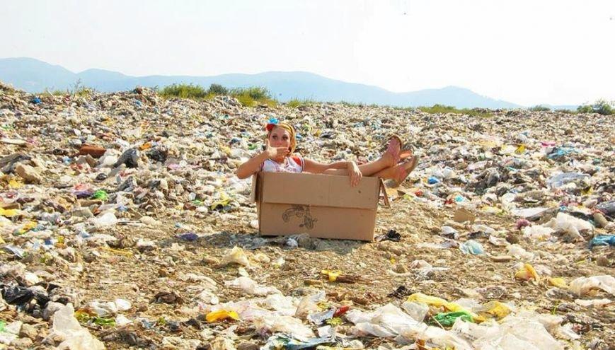 Закарпатки на сміттєзвалищі влаштували гламурну фотосесію:фото, фото-1