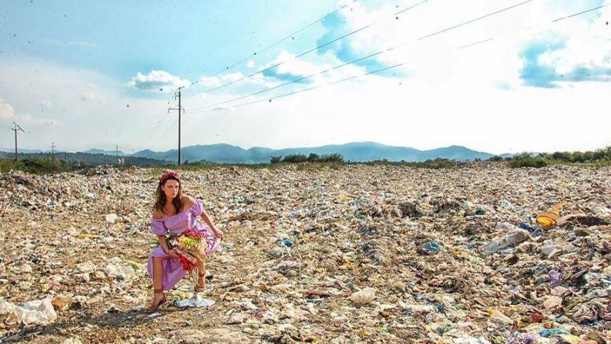 Закарпатки на сміттєзвалищі влаштували гламурну фотосесію:фото, фото-2
