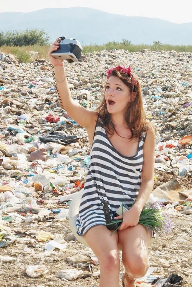 Закарпатки на сміттєзвалищі влаштували гламурну фотосесію:фото, фото-3