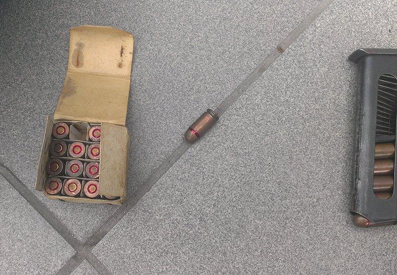 Мариуполец отдал полицейским арсенал оружия, найденный в своем гараже (ФОТО), фото-2