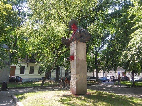 У Львові невідомі розмалювали фарбою пам'ятник Тудору (ФОТО), фото-2