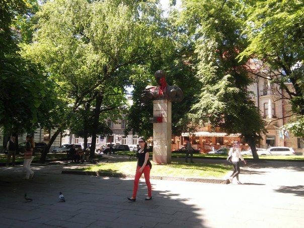 У Львові невідомі розмалювали фарбою пам'ятник Тудору (ФОТО), фото-1