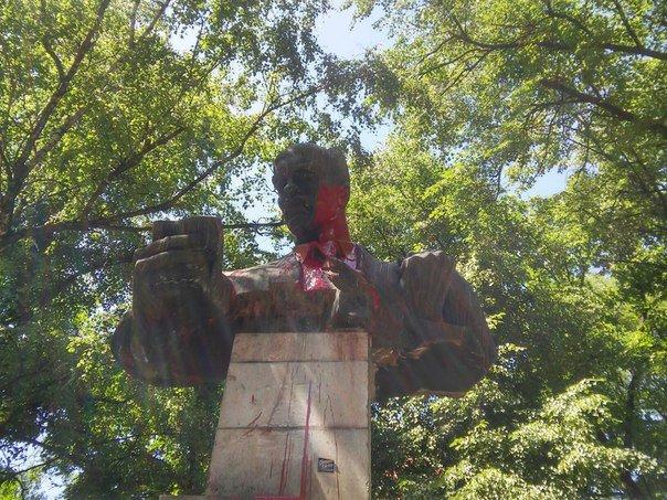 У Львові невідомі розмалювали фарбою пам'ятник Тудору (ФОТО), фото-5