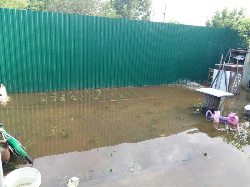 В Батайске жителям частного сектора во дворы стекает канализация стоящих рядом высоток, фото-1