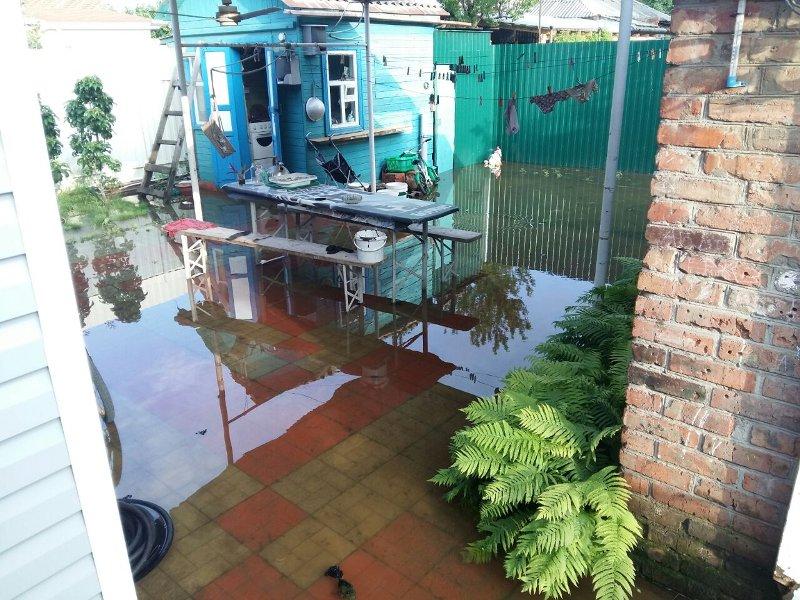 В Батайске жителям частного сектора во дворы стекает канализация стоящих рядом высоток, фото-2
