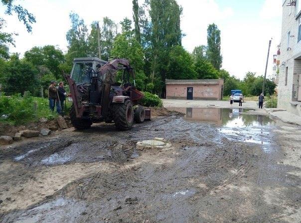 В Каховке после дождей борются с огромной лужей (фото), фото-2