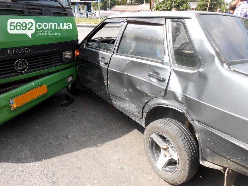 В ДТП на пересечении Аношкина с Республиканской в Каменском «Лада» столкнулась с маршруткой, фото-4