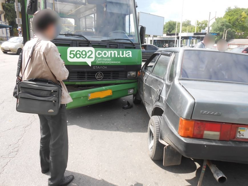 В ДТП на пересечении Аношкина с Республиканской в Каменском «Лада» столкнулась с маршруткой, фото-1