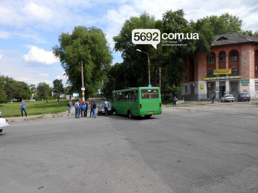 В ДТП на пересечении Аношкина с Республиканской в Каменском «Лада» столкнулась с маршруткой, фото-2