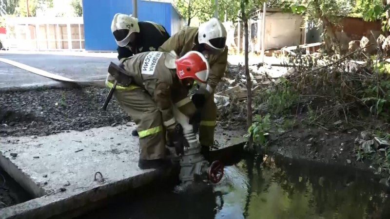 В Батайске продолжают откачивать воду из подтопленных домов, фото-1