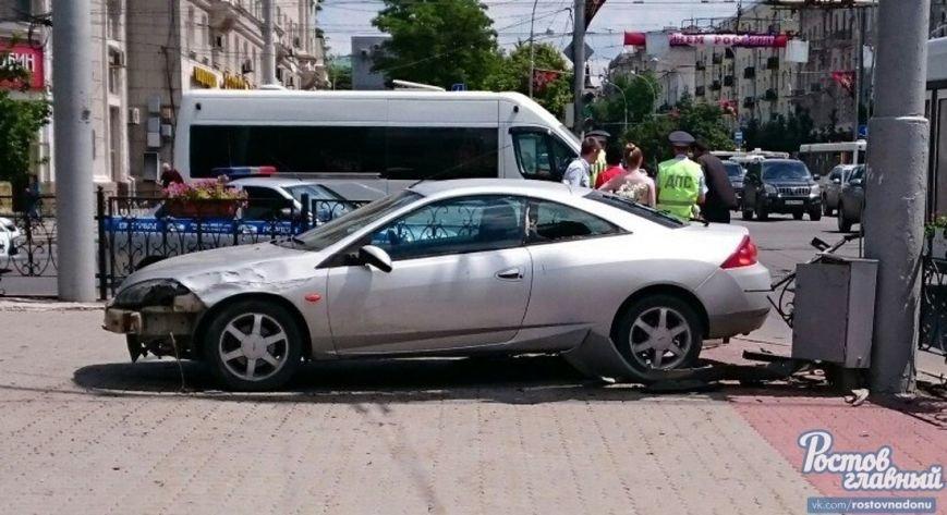 В Ростове на Буденновском Ford после массового ДТП снес ограждение, фото-1