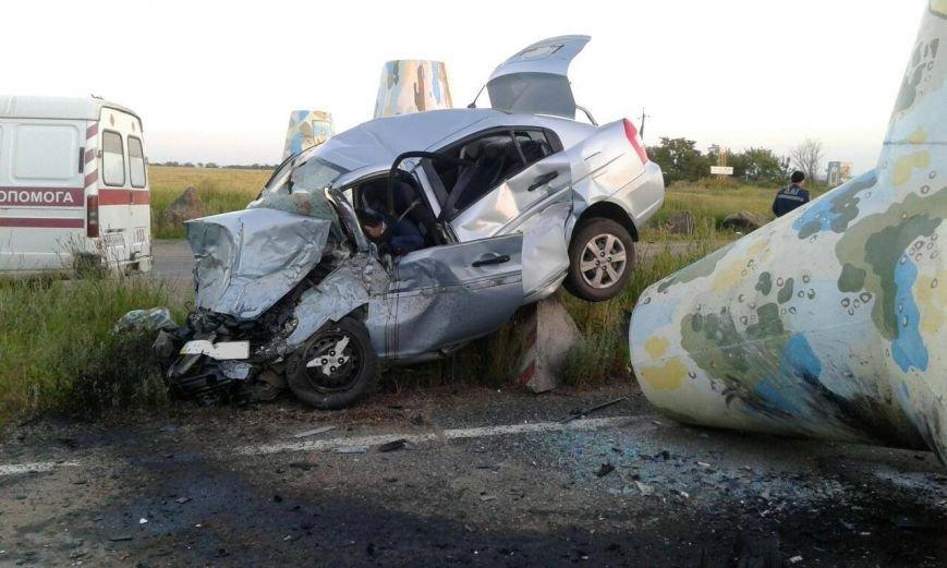 На трассе Мариуполь - Донецк автомобиль врезался в тетрапод. Пострадали люди, фото-2