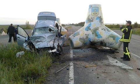 На трассе Мариуполь - Донецк автомобиль врезался в тетрапод. Пострадали люди, фото-1