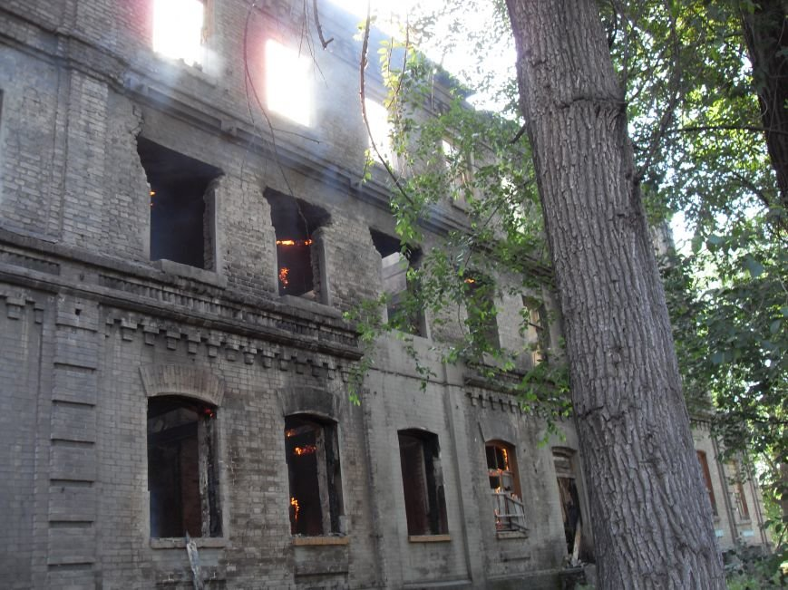 В Каменском тушат пожар в заброшенном здании, фото-3