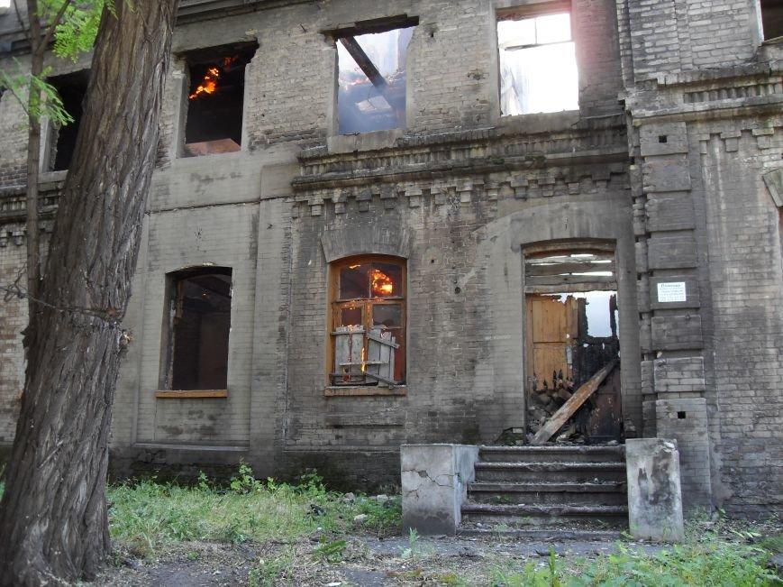 В Каменском тушат пожар в заброшенном здании, фото-1