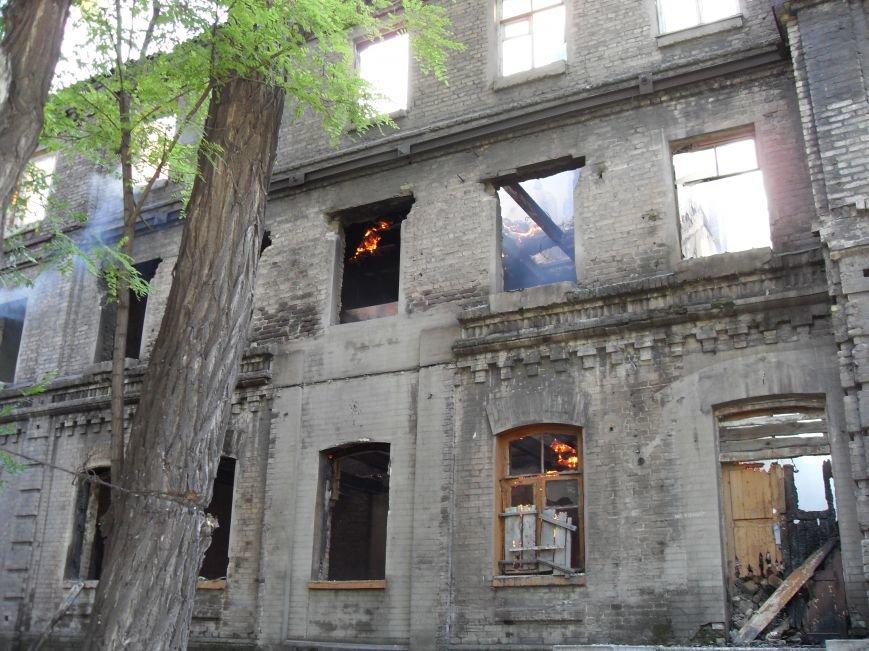 В Каменском тушат пожар в заброшенном здании, фото-2