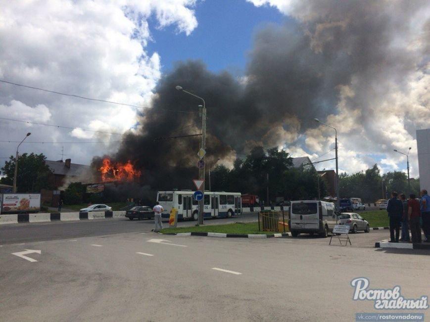 В Ростове на СЖМ сгорела шиномонтажная мастерская, огонь угрожал соседним зданиям, фото-2