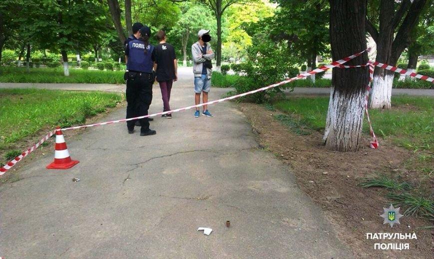 Херсонские патрульные задержали молодых людей с веществом, похожим на наркотики (фото), фото-1