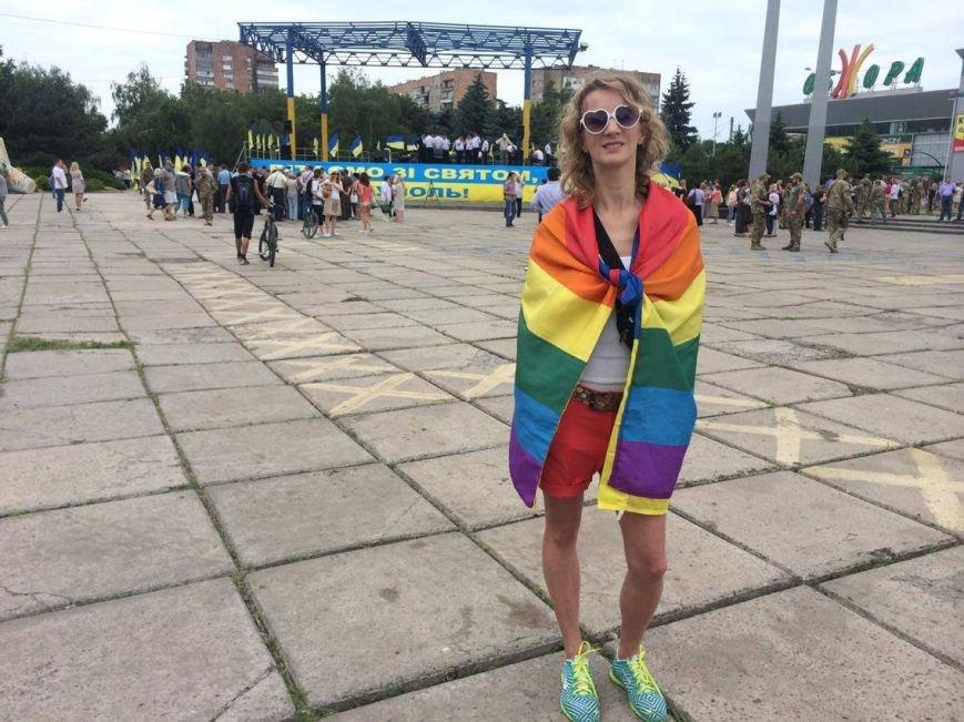 В Мариуполе активистка Диана Берг с радужным флагом прошагала по городу (ФОТО, ВИДЕО), фото-1