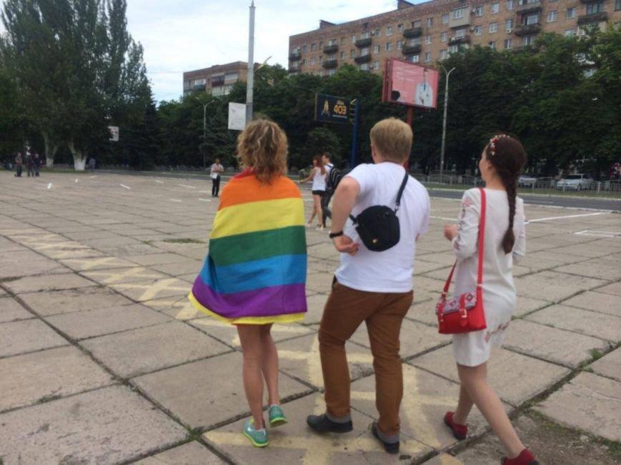 В Мариуполе активистка Диана Берг с радужным флагом прошагала по городу (ФОТО, ВИДЕО), фото-4