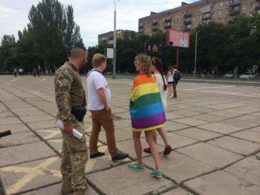 В Мариуполе активистка Диана Берг с радужным флагом прошагала по городу (ФОТО, ВИДЕО), фото-2