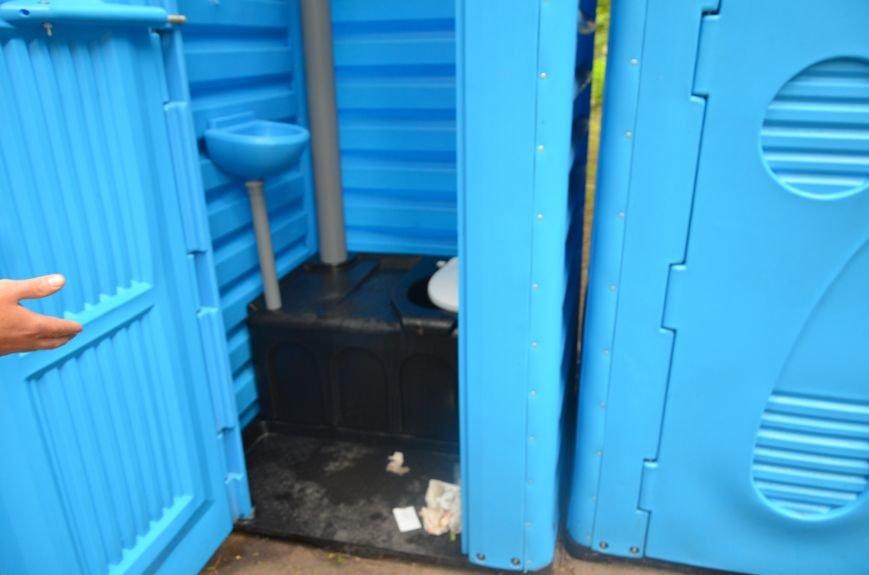 В Мариуполе пенсионерка чуть не убилась в грязном биотуалете (ВИДЕО), фото-3