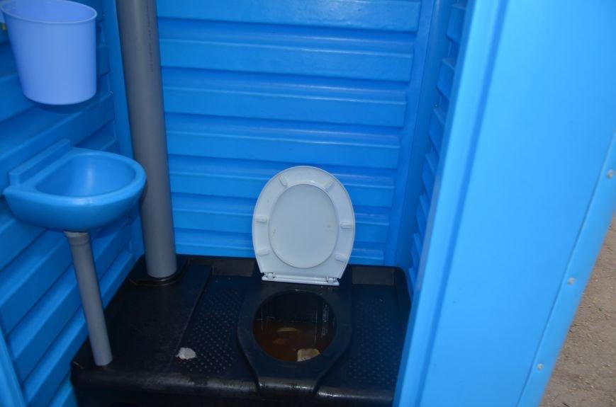 В Мариуполе пенсионерка чуть не убилась в грязном биотуалете (ВИДЕО), фото-1