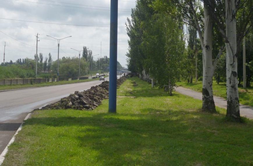 В Покровске (Красноармейске) снимают грунт вдоль дорог, фото-2