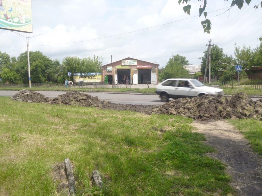 В Покровске (Красноармейске) снимают грунт вдоль дорог, фото-1