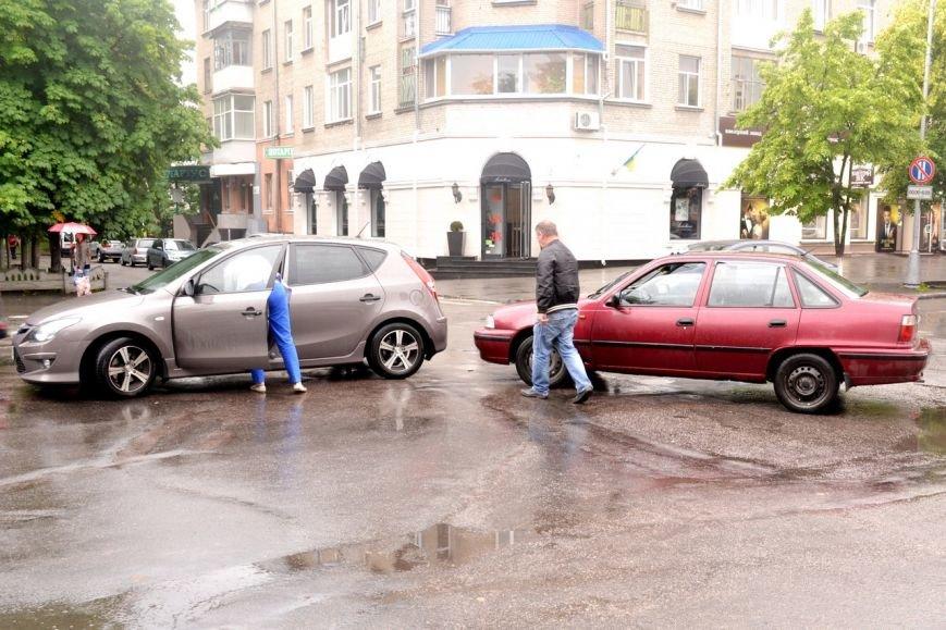 Пока кременчужане на авто пропускали маму с ребенком, в них врезалось такси, фото-1