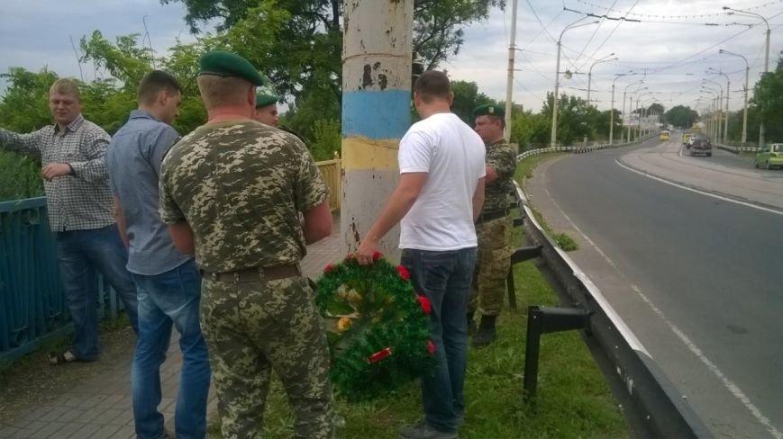 Трагедия на пост-мосту: в Мариуполе возлагают цветы погибшим пограничникам (ФОТО), фото-1