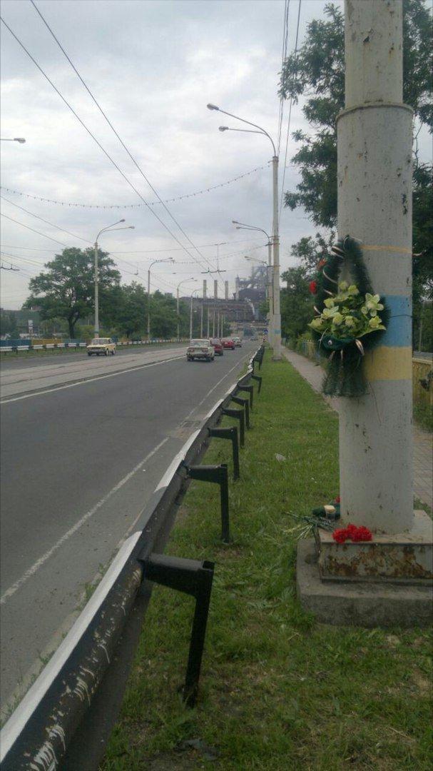 Трагедия на пост-мосту: в Мариуполе возлагают цветы погибшим пограничникам (ФОТО), фото-4