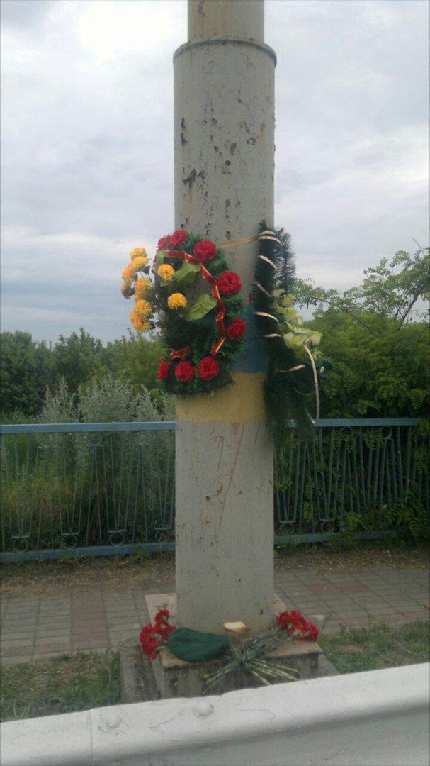 Трагедия на пост-мосту: в Мариуполе возлагают цветы погибшим пограничникам (ФОТО), фото-3