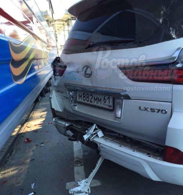 В Ростове Lexus врезался в поезд детской железной дороги, фото-1