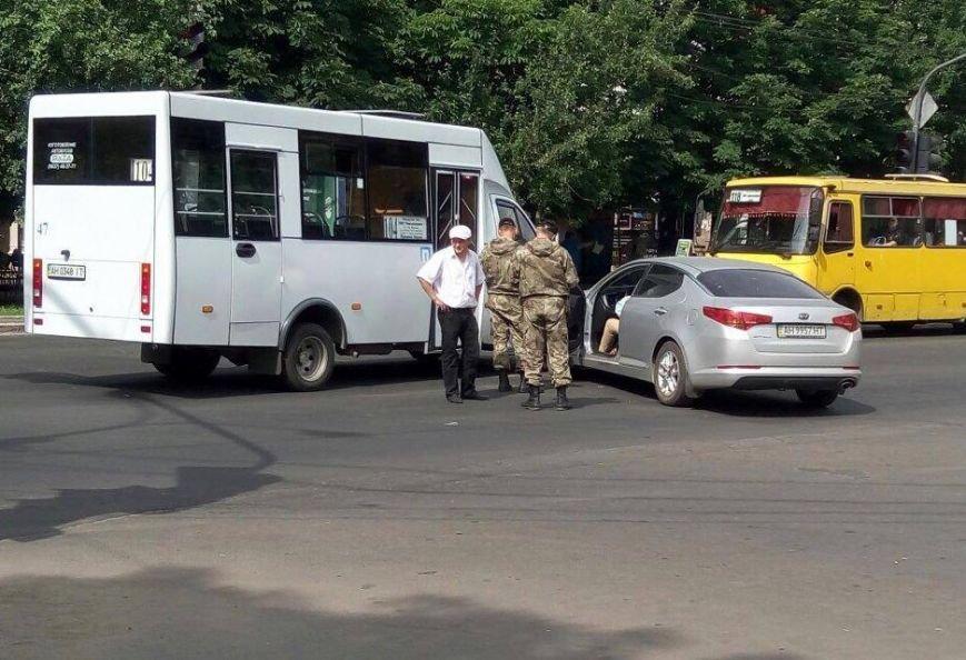 В центре Мариуполя маршрутка не разъехалась с легковушкой (ФОТОФАКТ), фото-1
