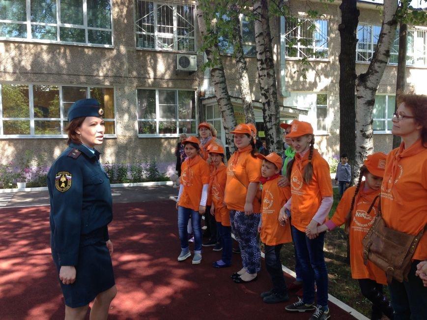 МЧС ТиНАО устроило детям экскурсию в пожарную часть, фото-4