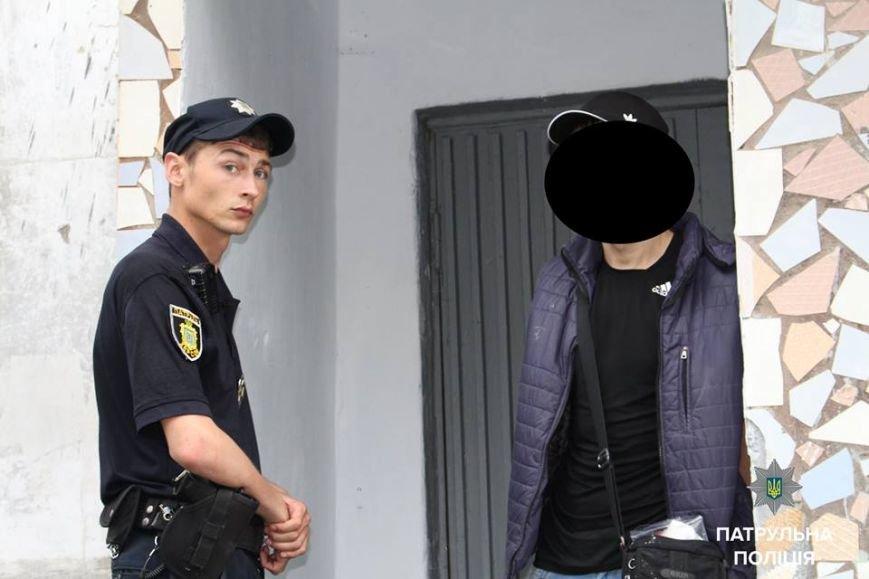 Херсонские патрульные задержали злоумышленника, пытавшегося проникнуть в квартиру (фото), фото-1