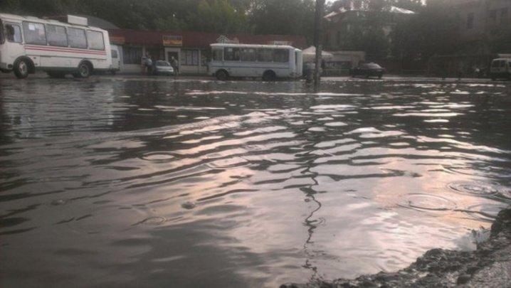 Злива перетворила вчора Чернівці на маленьку Венецію, фото-3