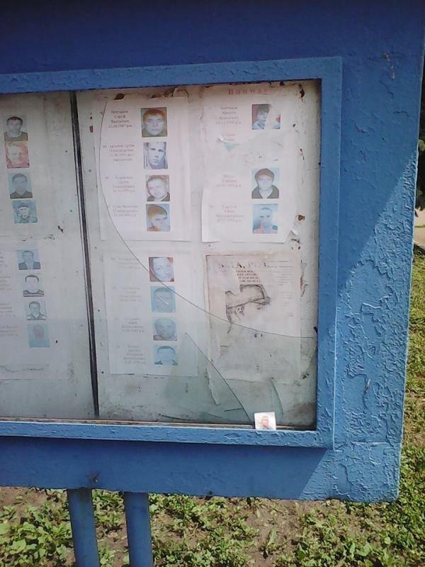 Жительница Дружковки выразила свой протест, разбив стекло возле отделения полиции, фото-2