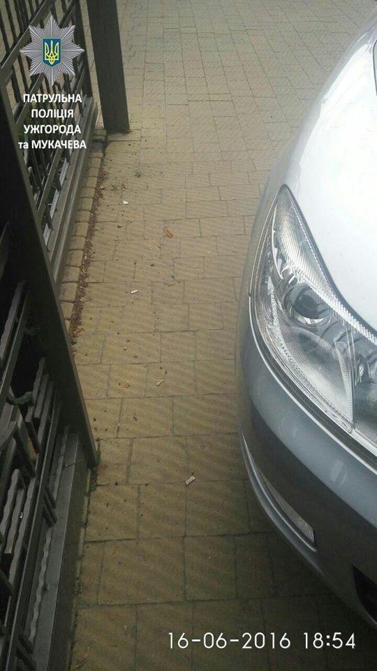 Автівку, яка заблокувала пішохідну зону, забрав евакуатор: фото, фото-3
