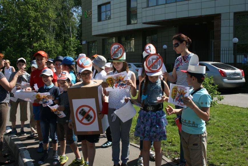 Сотрудники ГИБДД провели рейд «Безопасный гаджет» на улице Троицка, фото-5