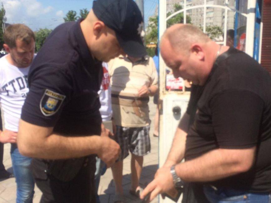 В Мариуполе у нелегального обменника  задержали неизвестного мужчину и передали полиции (ФОТО, ВИДЕО), фото-5