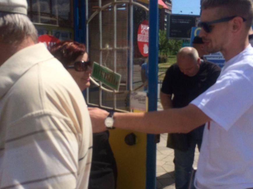 В Мариуполе у нелегального обменника  задержали неизвестного мужчину и передали полиции (ФОТО, ВИДЕО), фото-4