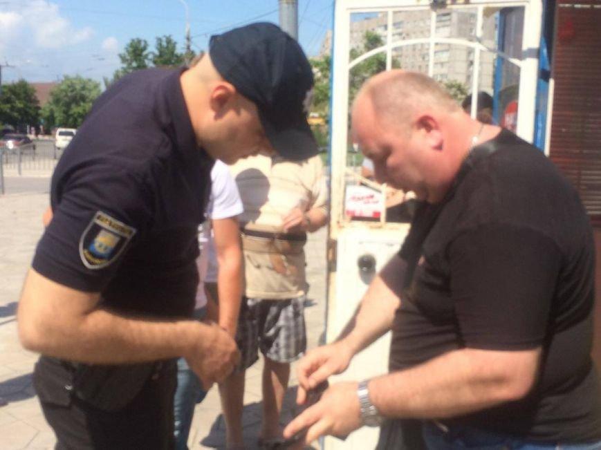 В Мариуполе у нелегального обменника  задержали неизвестного мужчину и передали полиции (ФОТО, ВИДЕО), фото-3