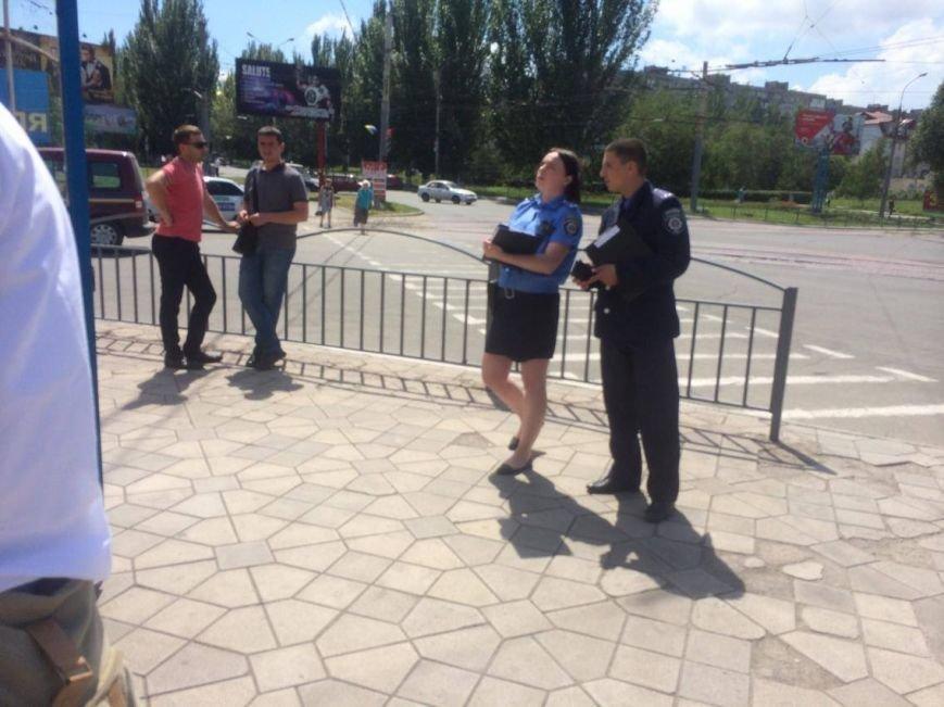 В Мариуполе у нелегального обменника  задержали неизвестного мужчину и передали полиции (ФОТО, ВИДЕО), фото-2