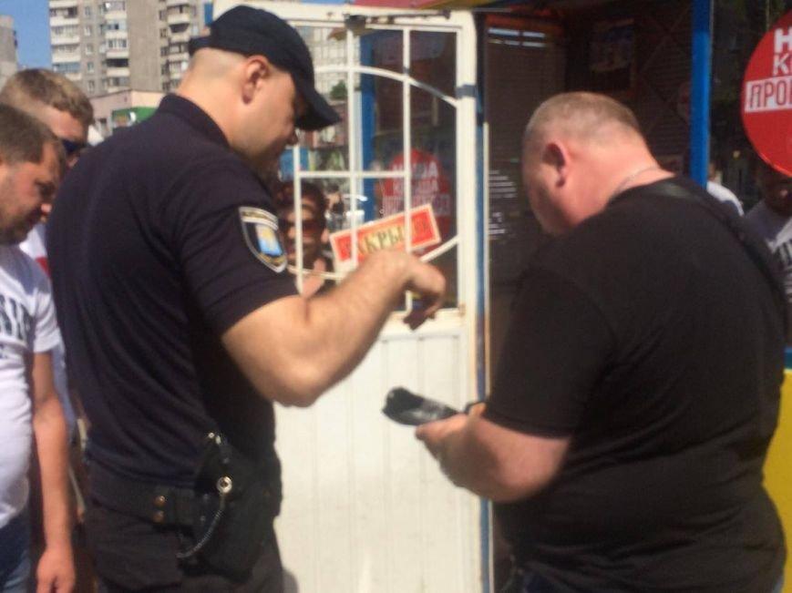В Мариуполе у нелегального обменника  задержали неизвестного мужчину и передали полиции (ФОТО, ВИДЕО), фото-6